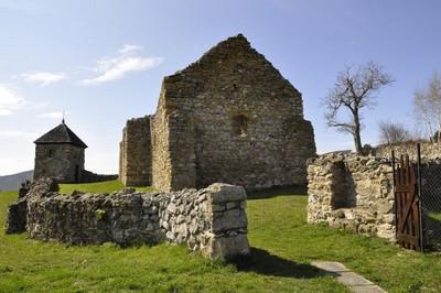 Zrúcaniny stredovekého opevneného kostola v Lúčke
